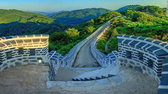 1. Pháo đài Namhansanseong: Nằm trên núi Namhan ở tỉnh Gyeonggi, pháo đài đắp bằng đất dài 12 km này được xây dựng từ 2.000 năm trước và tái thiết vào năm 1621.