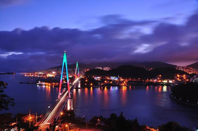 15. Cầu Dolsan: Cây cầu cáp treo dài nhất Hàn Quốc trở thành một điểm tham quan hút khách do ánh sáng lộng lẫy vào buổi tối. Nơi này ằm ở phía nam tỉnh Jeolla, du khách thường tới dạo chơi vào ban đêm.