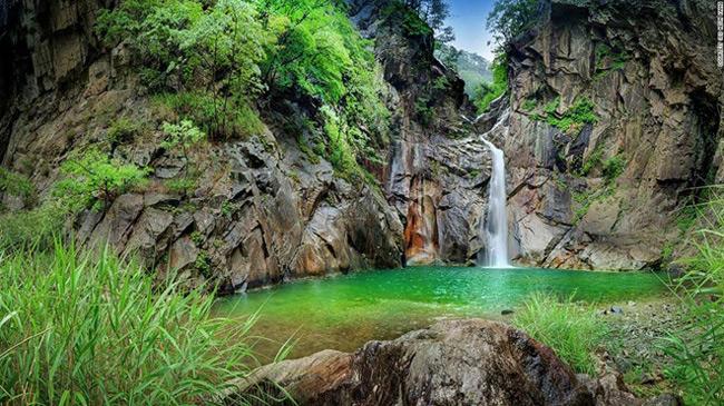 """3. Thác Sambuyeon: Theo truyền thuyết, một con rồng đã bay ra từ thác nước cao 20 m ở tỉnh Gangwon này. Đó là lý do ngôi làng Yonghwadong gần đó có tên bắt đầu bằng chữ có nghĩa là """"rồng""""."""