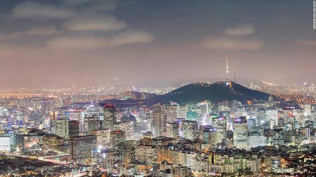 9. Inwangsan: Ngọn núi cao 338 m này nằm ở ngoại ô Seoul, cho du khách chiêm ngưỡng toàn cảnh thành phố hiện đại này, gồm cả các cung điện, tháp N Seoul và dinh Blue House, nơi ở của tổng thống Hàn Quốc.