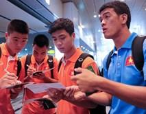 Công Phượng hướng dẫn đồng đội nhập cảnh tại Singapore