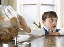 Trẻ có tính ăn cắp vặt, cha mẹ cần làm gì?