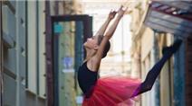 """Ngắm vũ công xinh đẹp 12 tuổi hóa """"thiên nga đường phố"""""""
