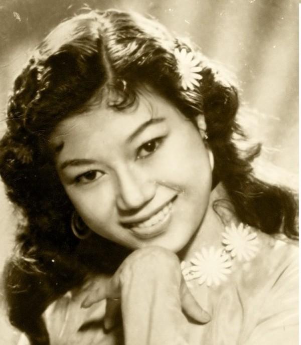 Kim Cương: Được mệnh danh là một kỳ nữ của làng sân khấu kịch nói miền Nam lúc bấy giờ, NSND Kim Cương không chỉ thu hút khán giả bằng tài năng diễn xuất mà còn là nhan sắc mặn mà.