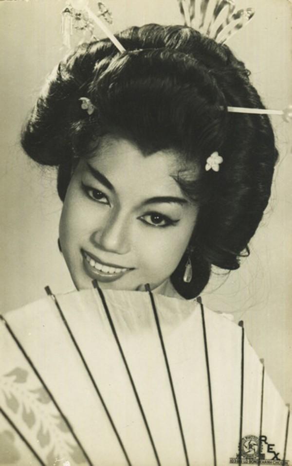 Xuất thân từ gia đình có truyền thống nghệ thuật lâu đời, có mẹ là cố NSND Bảy Nam nên NSND Kim Cương cũng chịu sự ảnh hưởng rất nhiều.