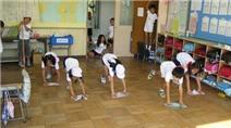 Dọn vệ sinh lớp học - bài học đặc biệt của trẻ em Nhật Bản