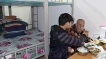 Chàng sinh viên đưa cha bị bại liệt vào ký túc xá chăm sóc