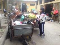 Ứa nước mắt nữ sinh đại học quét rác kiếm tiền ăn học, mua thuốc cứu mẹ