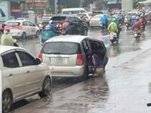 Phản cảm người phụ nữ đi ô tô