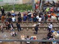 Hãi hùng cảnh ngồi trên đường ray chờ khám bệnh ở Hà Nội