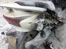 Xe máy đang dừng đèn đỏ bất ngờ cháy dữ dội