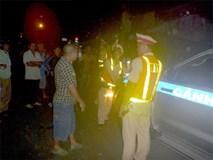 Lái ô tô tải ngược chiều, ép xe CSGT truy đuổi rồi dọa nạt