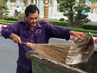 """Bị đẩy ra đường quét rác vì dám tố cáo """"sếp"""""""