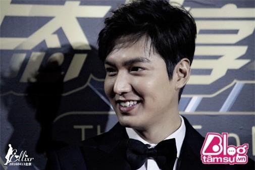 Trong các hoạt động chính thức, Lee Min Ho vẫn lộ khuôn