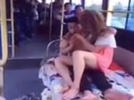 Clip: Cặp đôi vô tư âu yếm trên giường nằm xe buýt