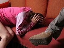 Chồng ngoại tình vẫn bắt vợ quỳ gối suốt đêm xin lỗi
