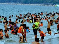 Hàng nghìn du khách đổ về bãi biển Nha Trang