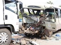 Hai ôtô đối đầu, 3 người chết, 20 bị thương