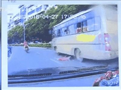 Clip: Mẹ bất cẩn, con 2 tuổi rơi khỏi cửa sổ xe buýt khi đi du lịch