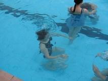 """Cô gái trẻ hoảng loạn khi gặp """"yêu râu xanh"""" ở bể bơi"""