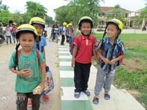 Chuyện lạ: Học sinh đi bộ đi học cũng đội mũ bảo hiểm