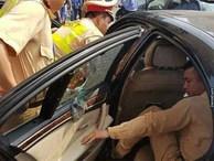 CSGT dùng búa phá cửa kính giải cứu tài xế bất tỉnh trong xe BMW