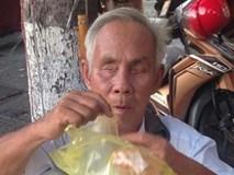 Xúc động với ông lão mù bán bánh nuôi vợ bị bệnh tim