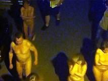 Hàng chục gái bán dâm cùng khách làng chơi bị ép diễu phố trong tình trạng khỏa thân