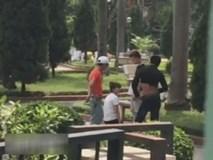 Bị người yêu chia tay, cô gái quỳ trong công viên hàng giờ liền