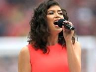 Bi hài ca sĩ hát trước trận chung kết FA Cup quên lời quốc ca