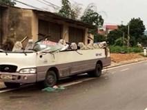 """Xe ben """"cứa"""" đứt nóc xe khách, 7 người nhập viện"""