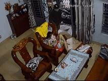 Clip: Kẻ cướp táo tợn vào tận nhà giật iPad trên tay bé gái ở Sài Gòn