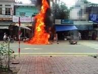 Dựng xe máy chở can xăng gần bếp than, xe bén lửa bốc cháy dữ dội
