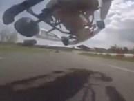 Chưa từng có: 'Bốc đầu' ô tô bay vượt đối thủ