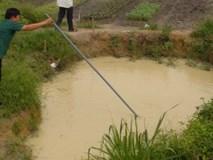 Đi tìm con, người mẹ bàng hoàng phát hiện ba thi thể dưới hố nước sâu 2m.