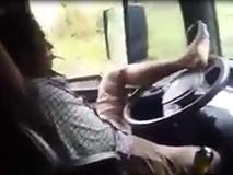 Tài xế ngả người ra ghế hút thuốc, điều khiển ô tô bằng một chân