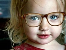 Bé 3 tuổi bị hỏng mắt vì mẹ thích sành điệu: Bài học cho nhiều gia đình