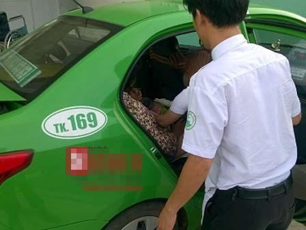 Bé gái kháu khỉnh chào đời trên taxi của chàng tài xế giỏi đỡ đẻ