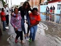 Phóng viên sợ ướt giày đắt tiền, bắt người dân địa phương bế qua vũng nước