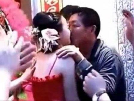 Con dâu hôn bố chồng ngay trước mặt chú rể trong đám cưới gây tranh cãi