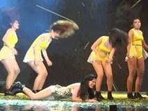Clip: Đông Nhi ngã sấp mặt vì sân khấu quá trơn