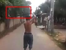 Rùng mình clip người đàn ông tay không bắt rắn hổ mang giữa phố