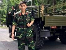 Chàng trai mặc quân phục điển trai như sao Hàn