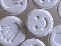 Bé trai 13 tuổi nguy kịch vì uống thuốc lắc 'hình mặt cười'
