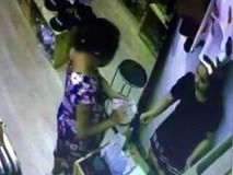 Chủ shop công khai clip nghi nhân viên bị thôi miên đưa hết tiền cho người lạ ở Hà Nội