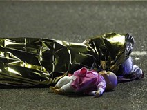 Những hình ảnh đau thương nhất trong vụ tấn công khủng bố ở Pháp