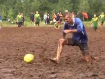 Chết cười với màn đá bóng trên bùn