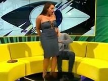 Thí sinh gặp sự cố rách váy trên truyền hình trực tiếp