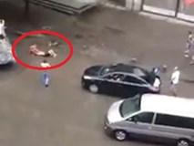 Sốc clip chó Pitbull hóa điên cắn chủ giữa phố