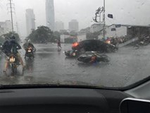 Gió giật xe máy đổ cả loạt vì bão quét tới Hà Nội